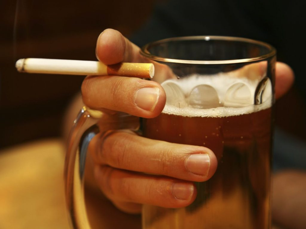 Banyak orang khawatir uang dari UBI digunakan untuk merokok dan mabuk-mabukan